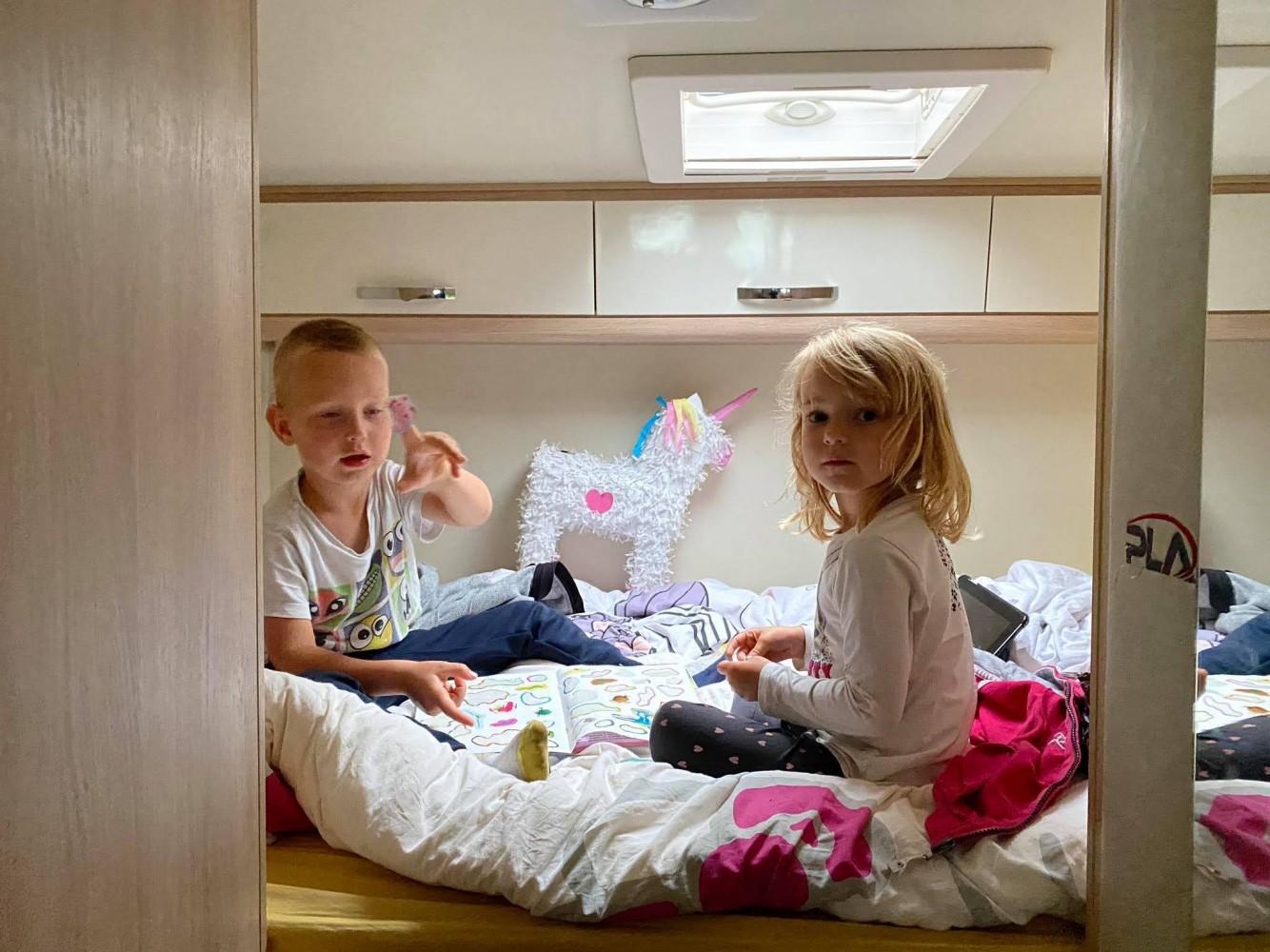 Igranje na postelji, nekaj stopničk višje od poda